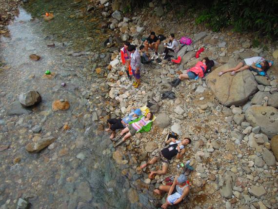 河邊也可以休息,天氣很熱,河水卻是透心涼,真的很舒服。