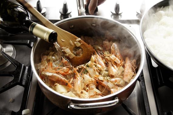 3. 倒入雪莉酒或是白酒,用炒勺將鍋底的焦香刮起來。 還記得這個動作叫「Deglaze」嗎?加入葡萄酒後,不要急著加入水,會讓酒精蒸發不完全。 滾沸後轉小火後放入月桂葉,加水注滿湯鍋繼續熬煮約20分鐘。若家裡有多的魚骨等海鮮材料,可以放入一起熬煮,小心海鮮高湯不要煮超過半小時否則會有腥味跑出來。