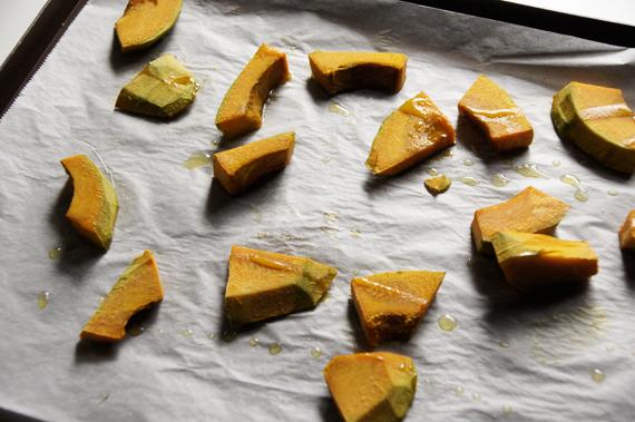1. 南瓜去皮、切塊後,抹上少許的橄欖油,以烤箱攝氏160度烤約15分鐘。