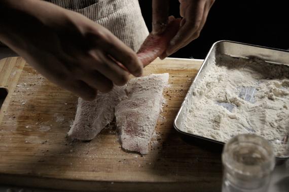 1. 將魚排擦乾後,雙面撒上鹽巴、胡椒與拍上一層薄薄的麵粉。