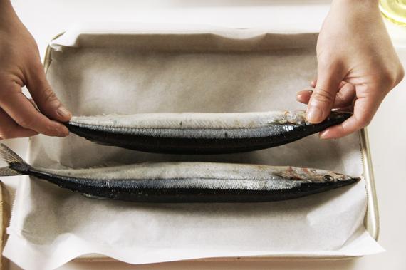 2. 將鹽均勻抹上魚的兩側,放入180度烤箱烤18分鐘,不要忘記要先將烤箱預熱喔!