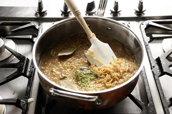 3. 滾沸後以小火悶煮15分鐘,試一下味道以鹽巴、黑胡椒調味,並將香草料取出。如果覺得雞高湯味道太重,可以將一部分的份量換成水,也可以將洋蔥煮到化開。