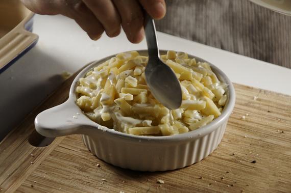 3.在模型的邊邊淋上少許的鮮奶油,把馬鈴薯沾到溼潤就可以了,不用放太多。