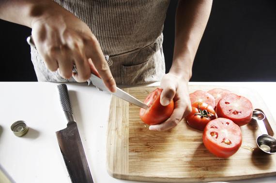 1. 將番茄蒂切掉留下來,用小刀把果肉切開,挖出果肉後剁碎備用。中間白色果核吃起來會比較生也可以在這個時候去掉,並將多餘的汁去除。因為番茄本身含有較多的水分,等待的時間可以將蕃茄內殻抹一些鹽巴出水。
