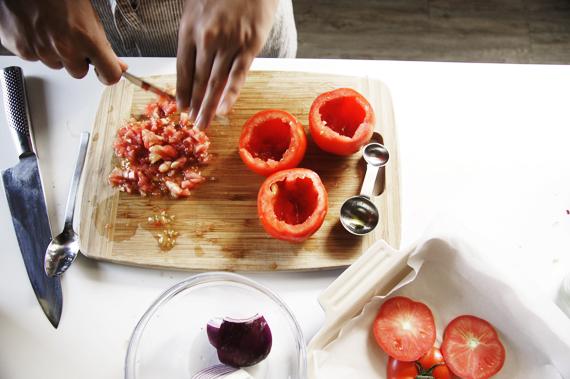 2. 將剁碎的果肉加入內餡中。