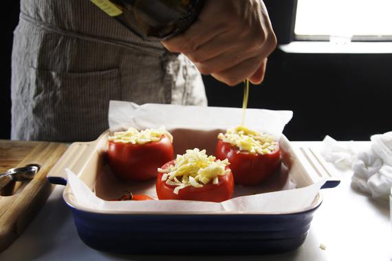 4. 填入食材後在表面撒上馬芝瑞拉起司。如果有撒起司就不用蓋蕃茄殼。撒上橄欖