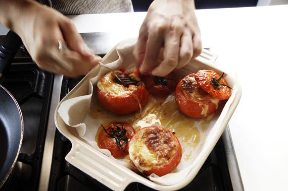 5. 以180度烤約25-30分鐘,烤至表面上色即可。最後撒上羅勒,烤過的蕃茄配上融化的起司真是美味極了。