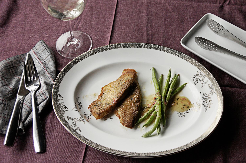 最後步驟:將魚排、醬汁和配菜依序盛盤,就可以享受這道法式家常菜囉!