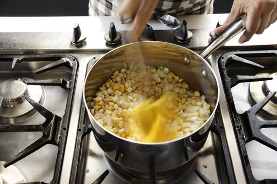 1. 將奶油、洋蔥入鍋後炒至洋蔥透明。