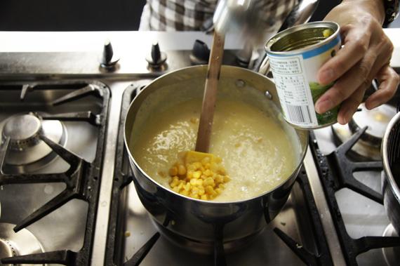 4. 將牛奶、鮮奶油和玉米粒(這時候也可以加入海鮮或是火腿增加風味)混合,加入鹽與胡椒調味後拌入奶油,最後以平葉巴西里裝飾即可。