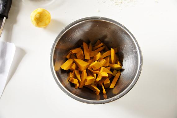 1. 新鮮南瓜去皮後切大塊,用少量的水把南瓜煮軟(也可以用蒸的將南瓜煮熟)。