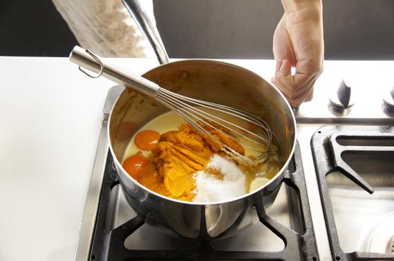3. 南瓜泥依序與糖、蛋黃和牛奶混合,備用。