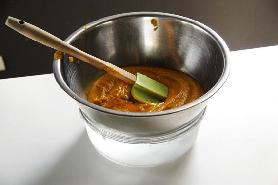 4. 將南瓜泥放入鍋內用中火加熱,煮到開始冒泡後熄火,把泡軟的吉利丁片融進去。