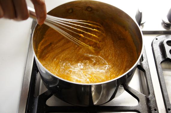 5. 用肉桂粉與蘭姆酒調味,然後把南瓜泥拿出來隔冰水降溫。