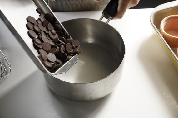 1. 混合70%巧克力與牛奶,用中火將巧克力完全融化後攪拌均勻。