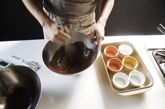 3. (溫馨小提醒)是將步驟1加入步驟2喔!顛倒的話蛋黃會被燙熟,這個步驟也要均勻的攪拌。