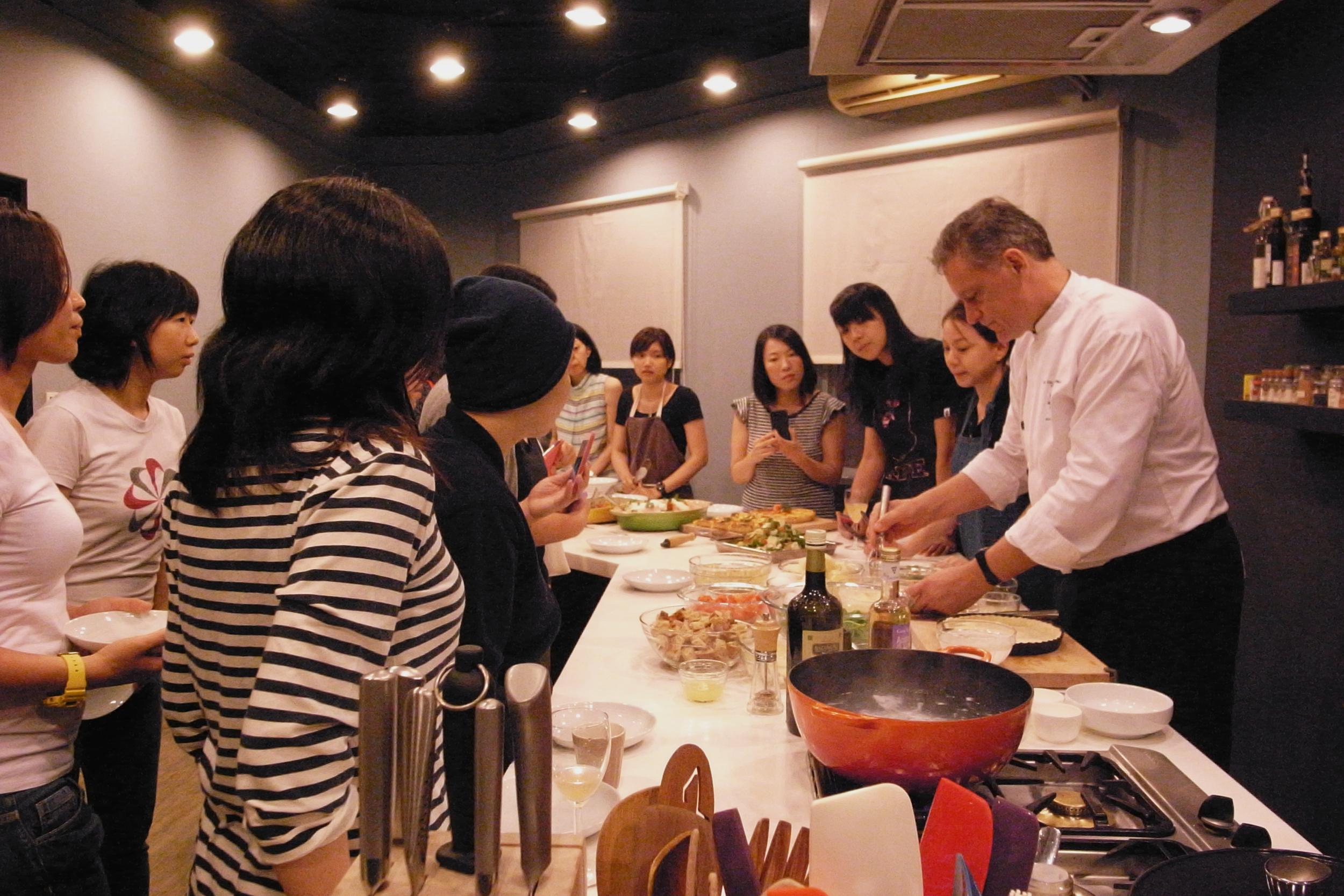 主廚邊做,學員們看著學著品嚐著