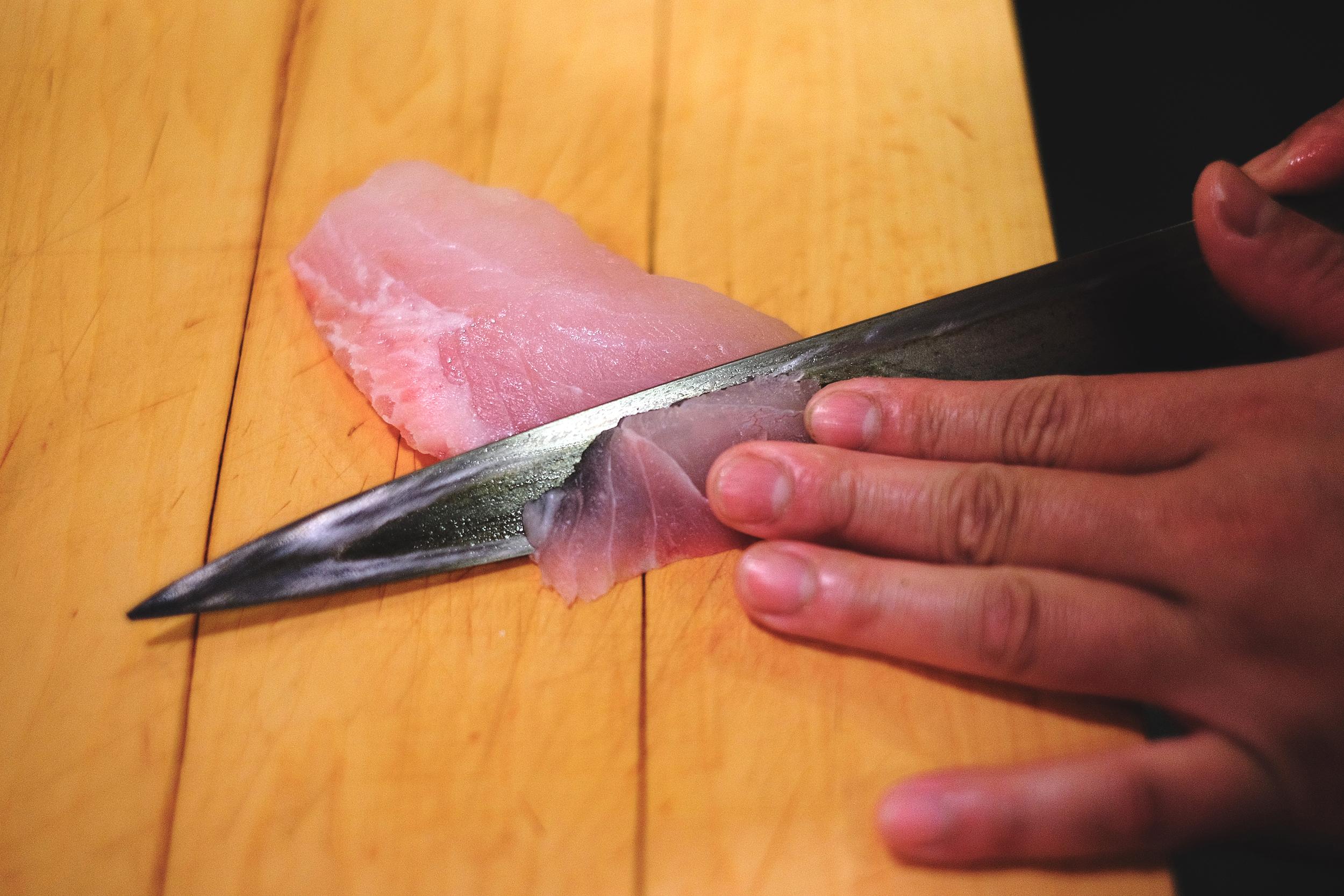 1. 第一刀:取一個適當的薄片寬度,斜切不切斷
