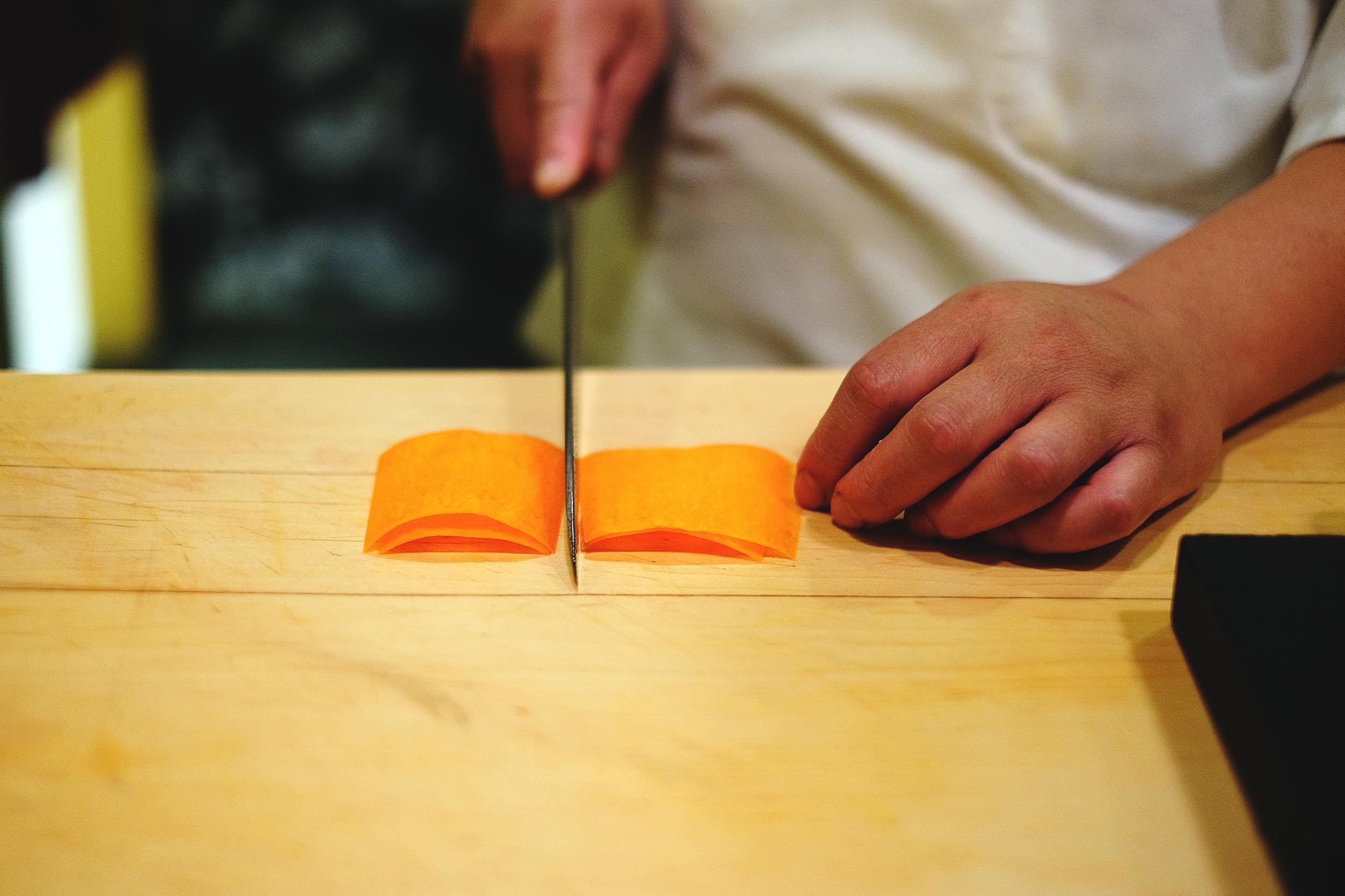 3. 將皮切成一致的大小,片片重疊對齊