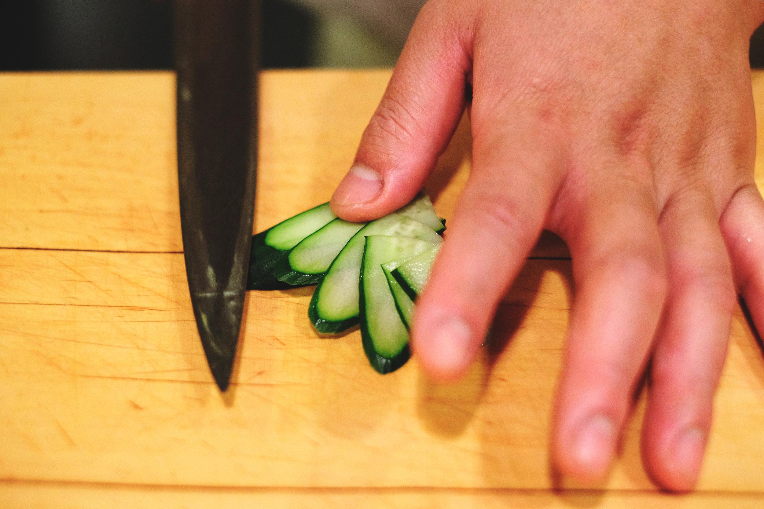 3. 每切完一片,食指輔助將其撥開,如此重復動作