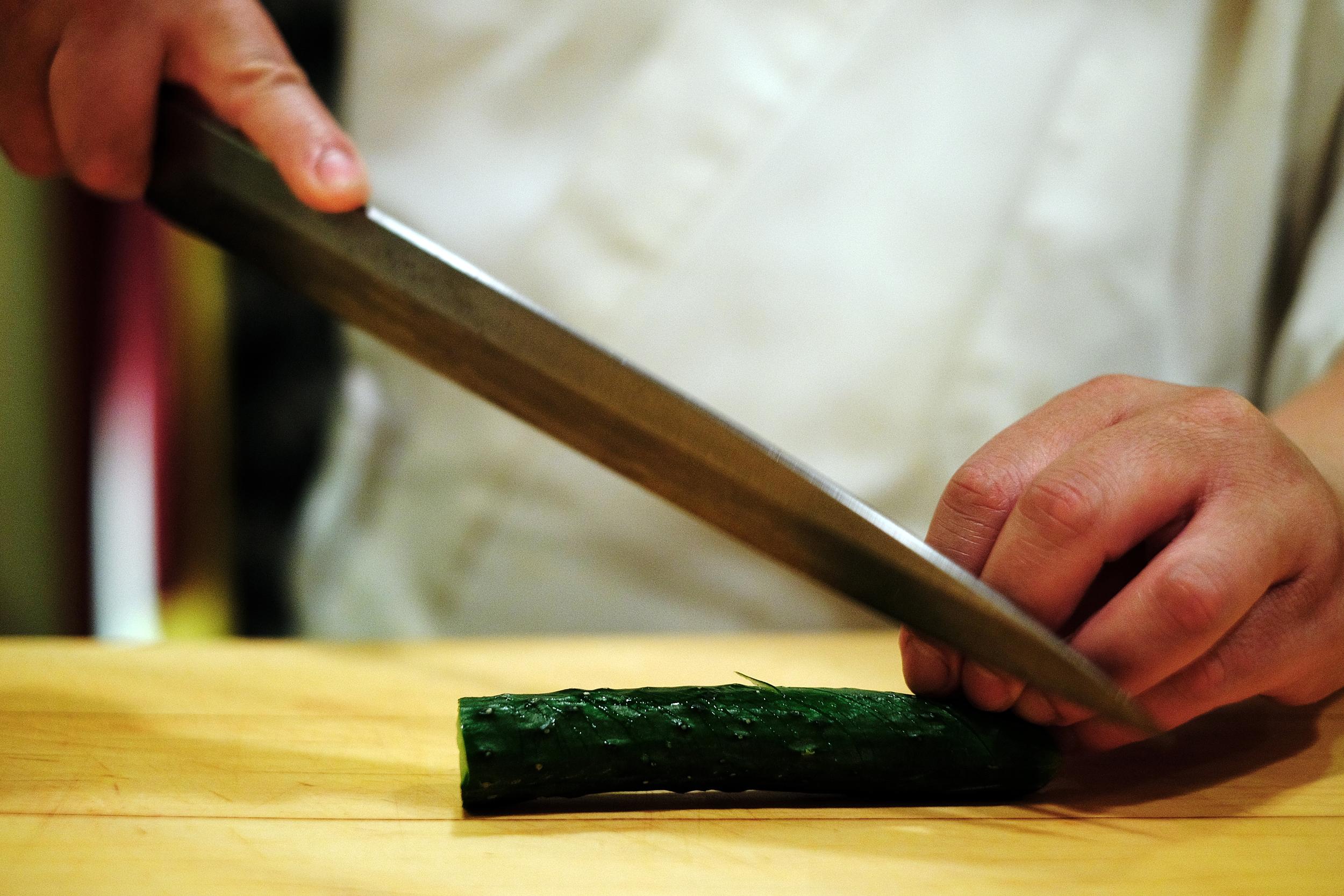 1. 以刀子啄小黃瓜的感覺,連續地斜切整根小黃瓜(不切斷), 一個面處理好後,其餘  三至四個面都要重復同樣的動作  ,每個面的切點  會有彼此  交插切到