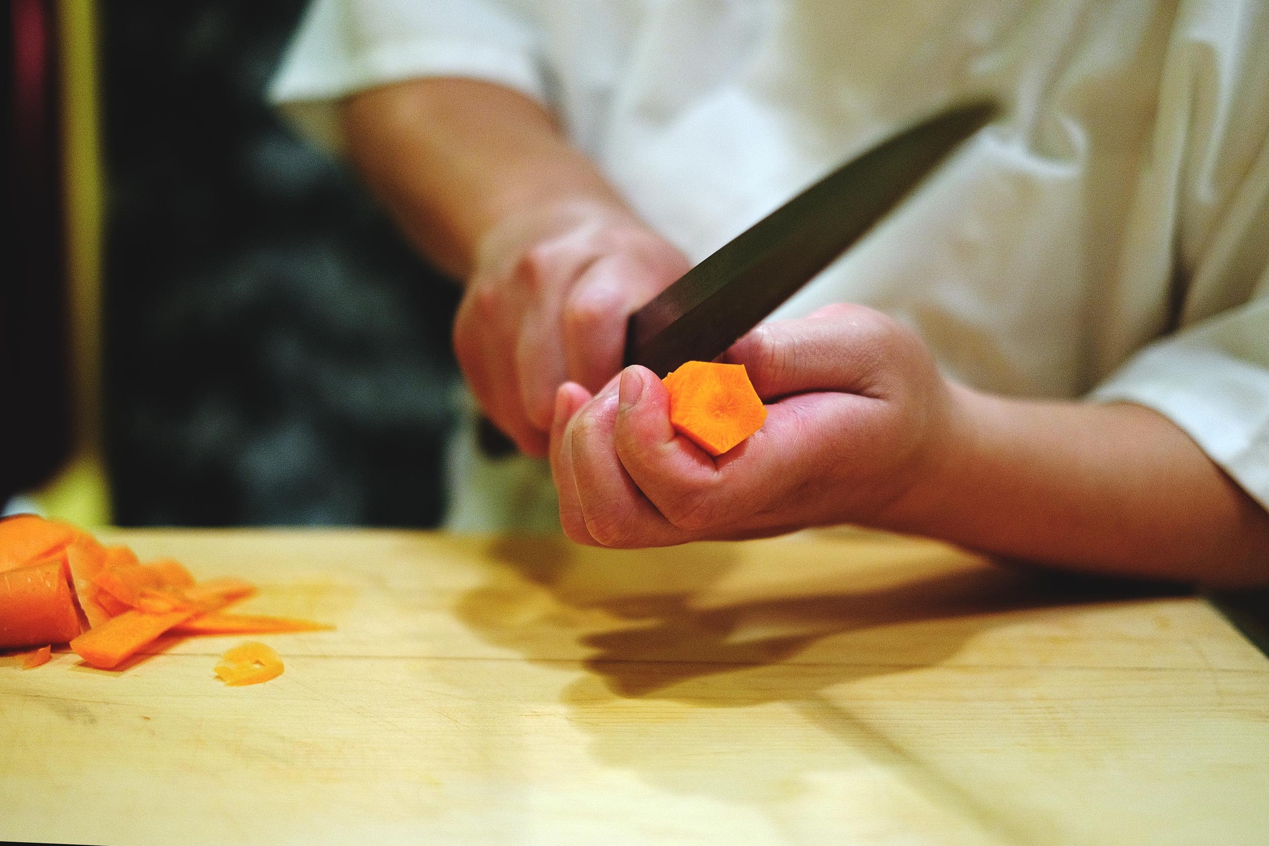 1.先將紅蘿蔔切成五角柱狀