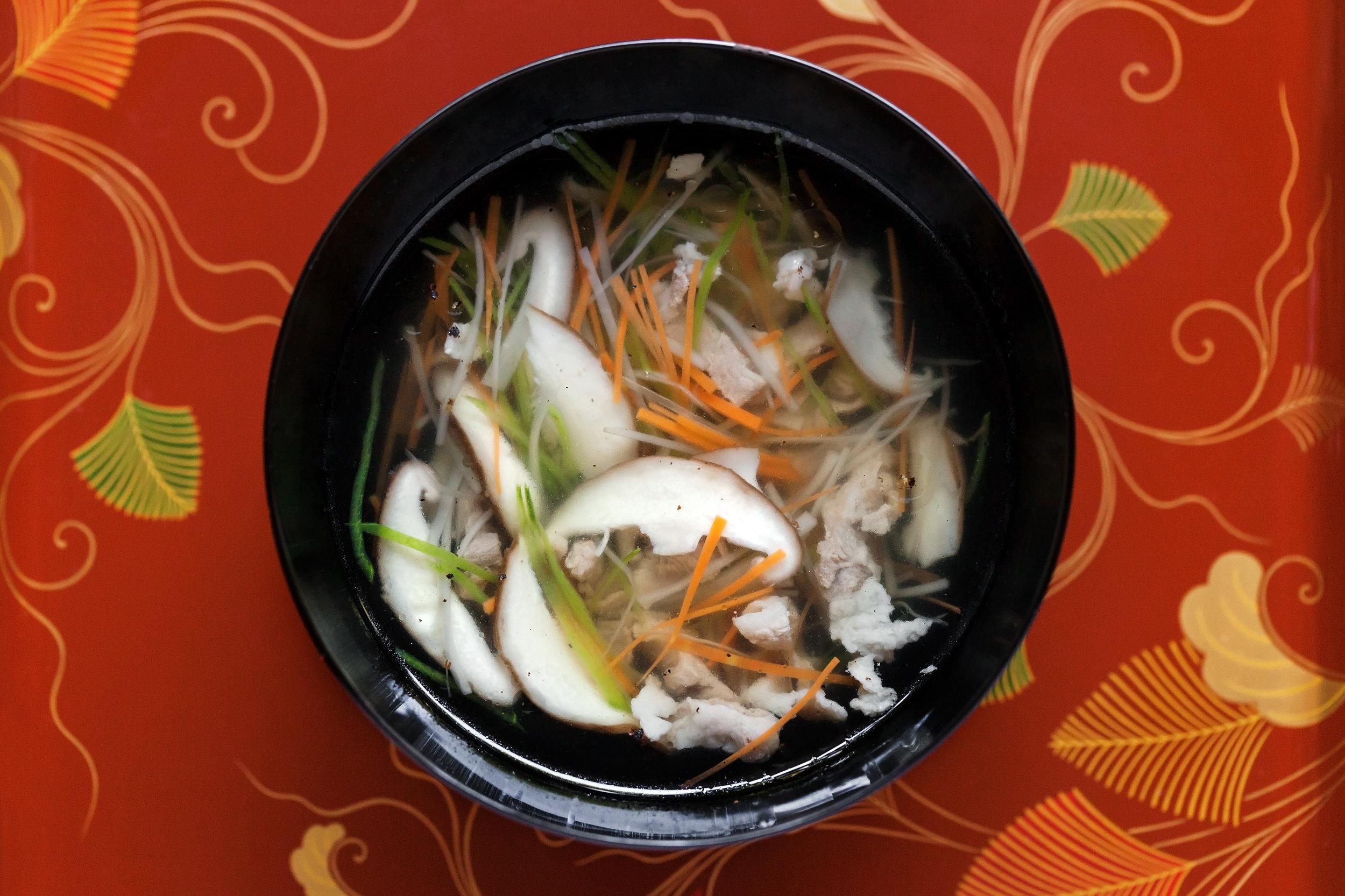 野菜澤煮碗 打開 澤煮碗的瞬間,昆布與柴魚的深沉香味撲鼻而來,佐以爽口鮮甜的蔬菜,每一口都能感受大地的有情奉獻。