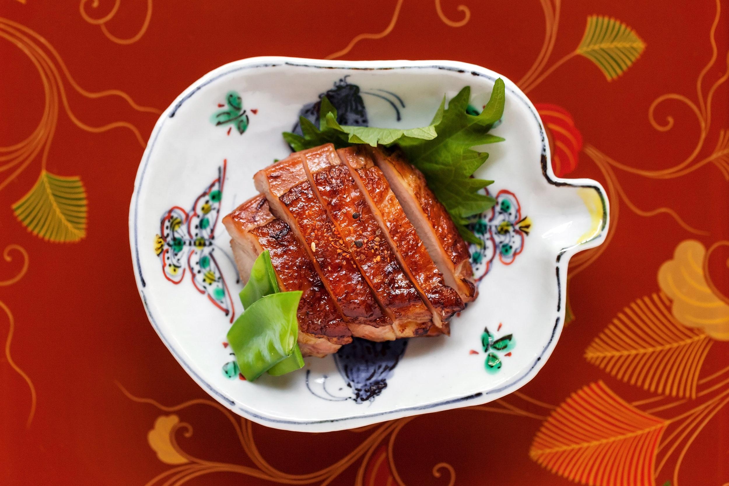 森山家照燒雞腿 軟嫩多汁的雞腿,搭配微甜不膩的醬汁,以紫蘇葉包捲起來入口,獨特馨香穿透人心。