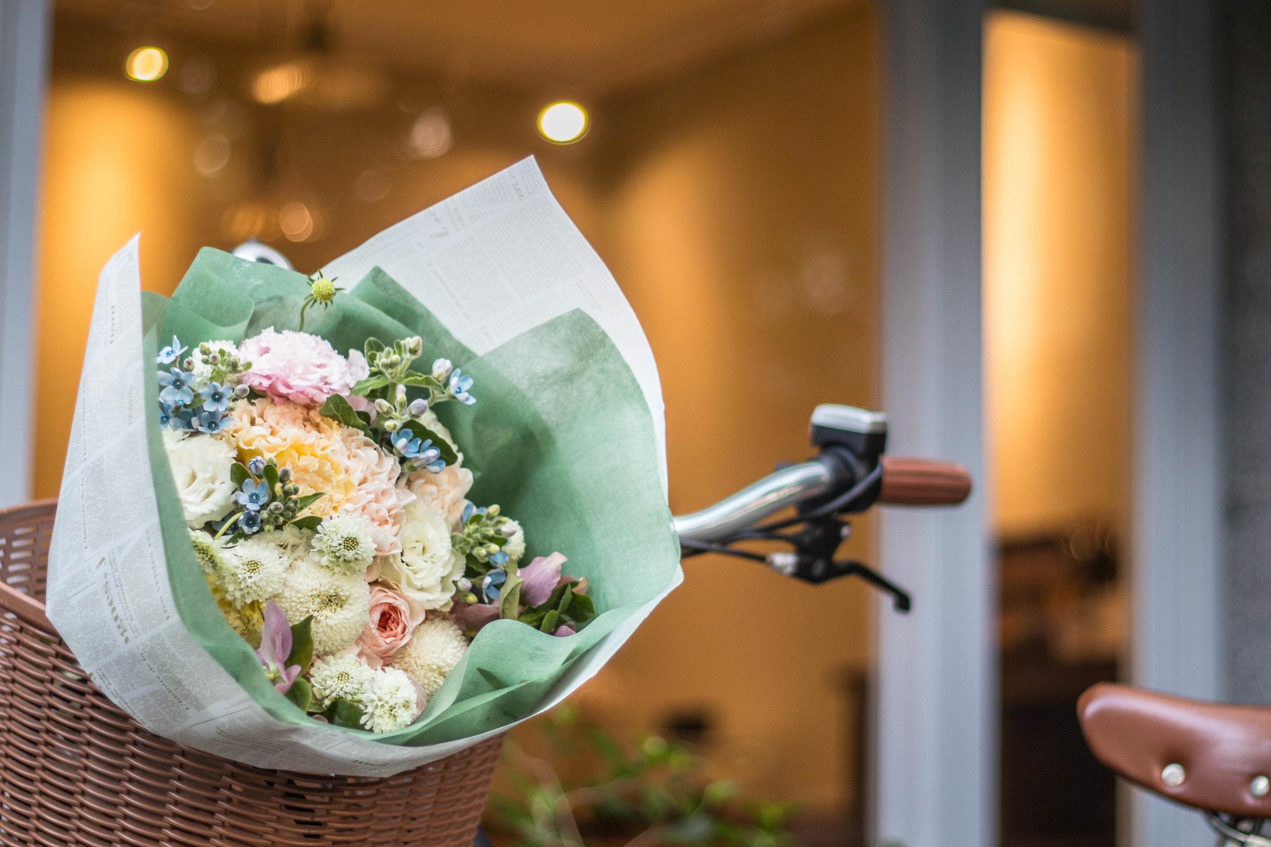 一束花,一個蛋糕 - 媽媽比任何人都珍惜你親手做的禮物。由日法甜點師Kai及花藝專家Amber帶你製作『玫瑰莓果巧克力蛋糕』、『母親節粉嫩系手綁花束』。