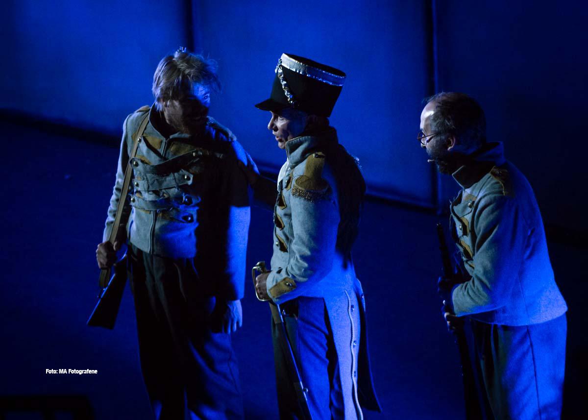 Den-hvite-dame-kommandant-og-to-soldater.jpg