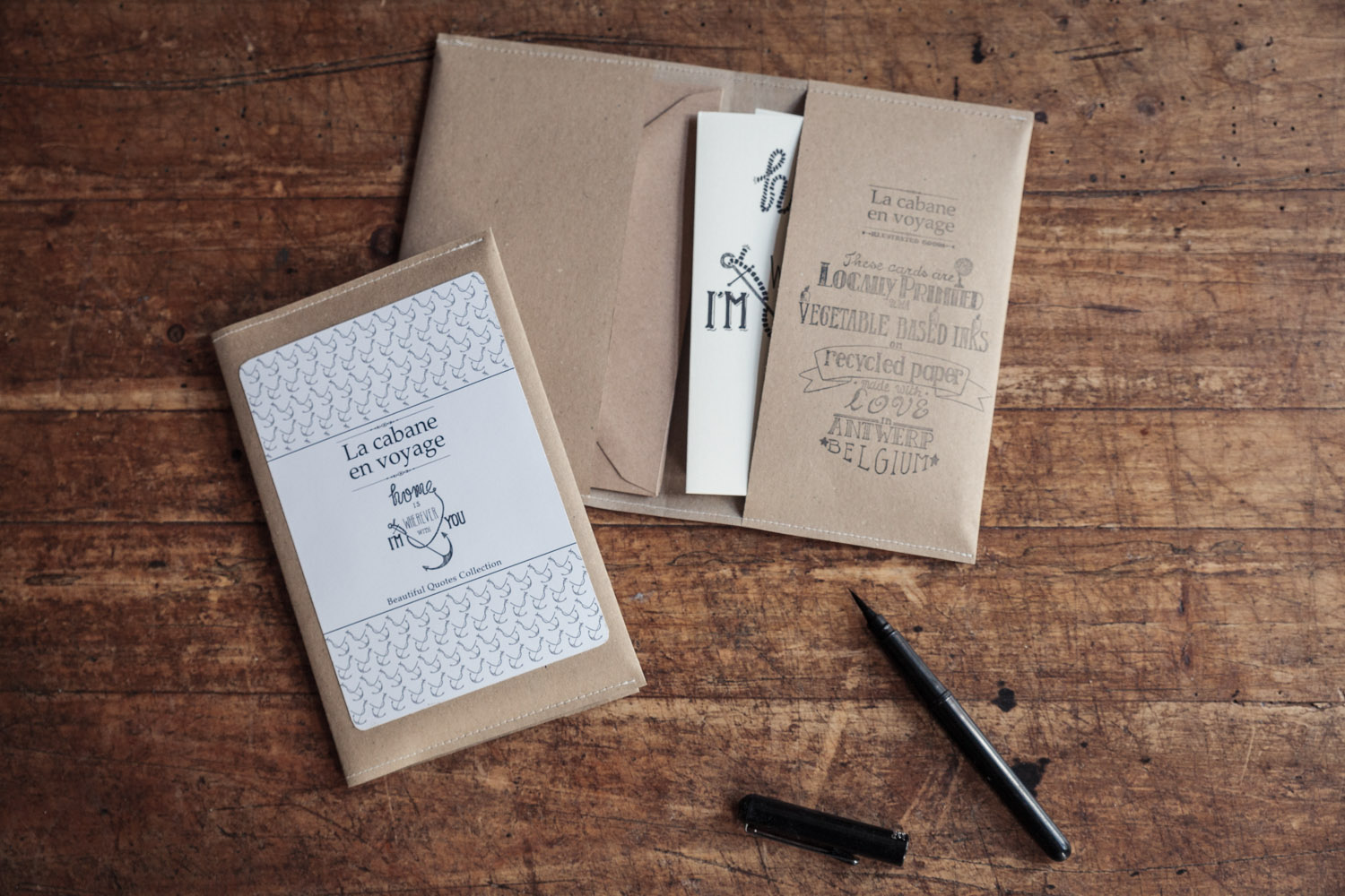 A set of six cards & matching enveloppes is packed in a handmade craft-paper sleeve, which is finished with a typograpic stamp on the inside.