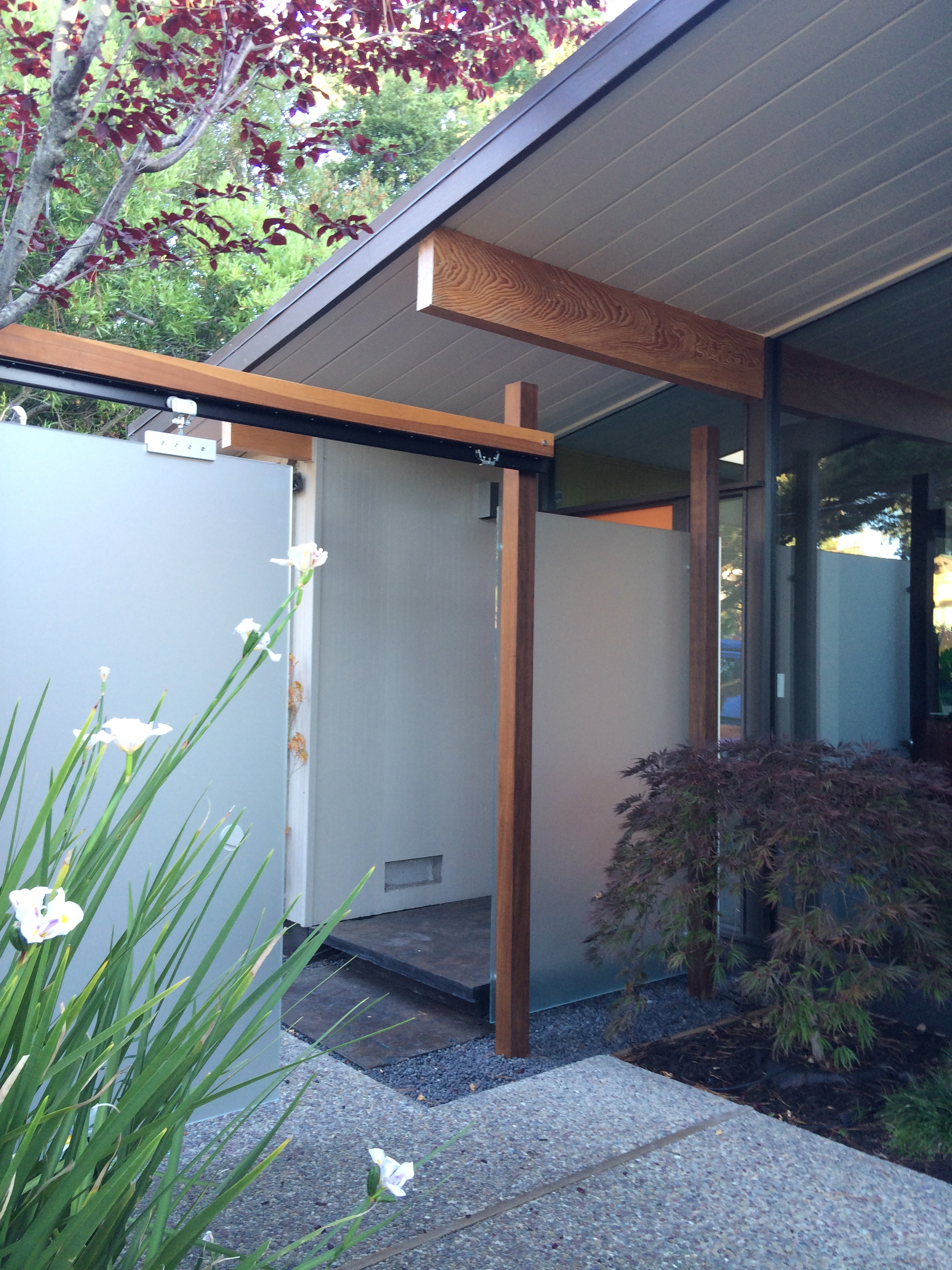 San Mateo Eichler - entry & glass privacy screen