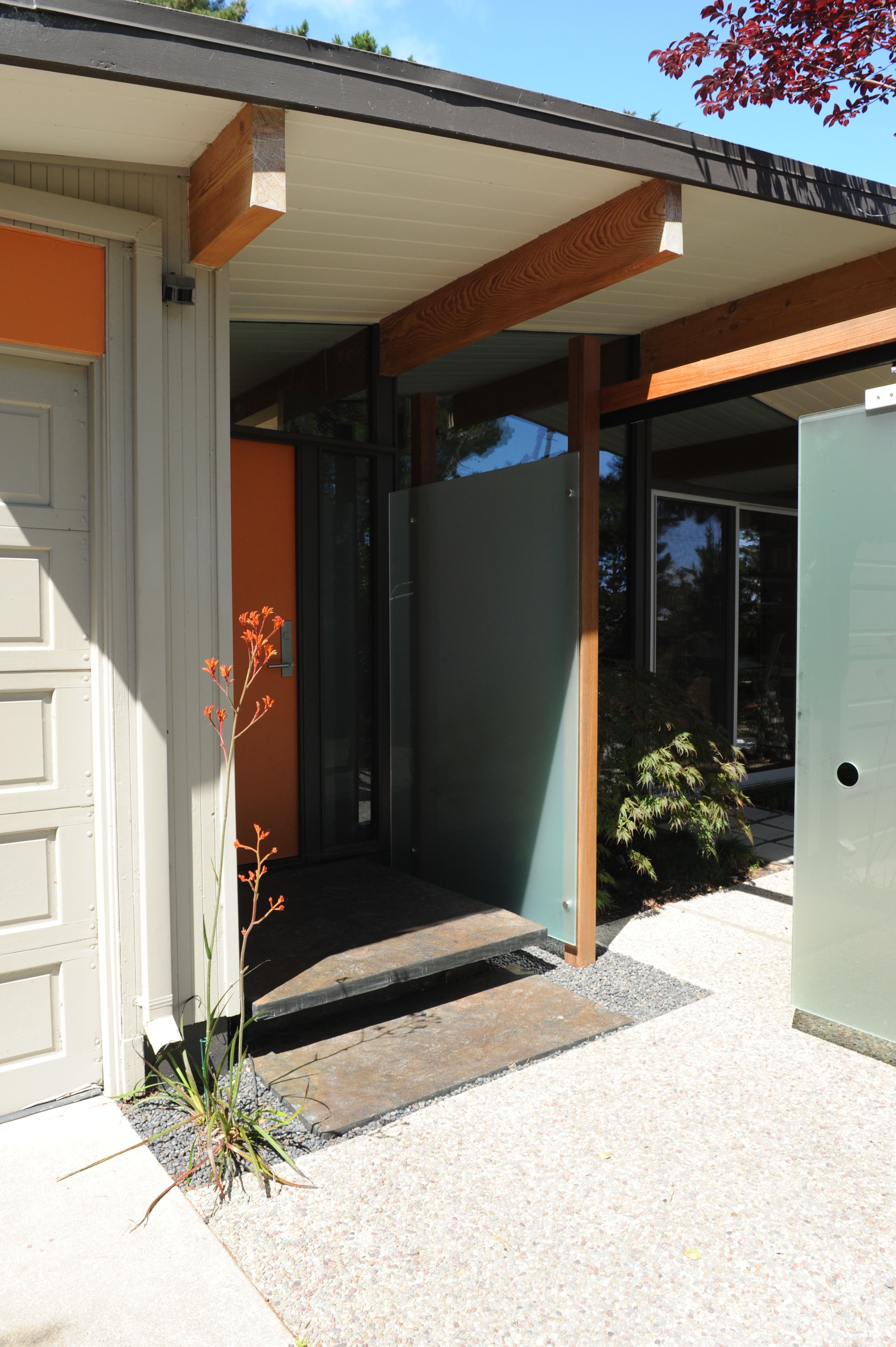 Entry + glass privacy screen design for San Mateo Eichler