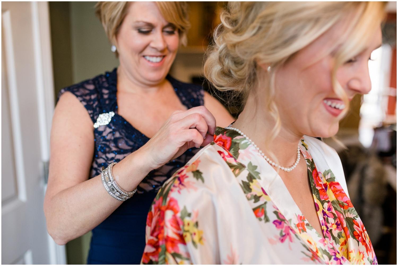 bride-getting-ready-louisville-wedding_0012.jpg