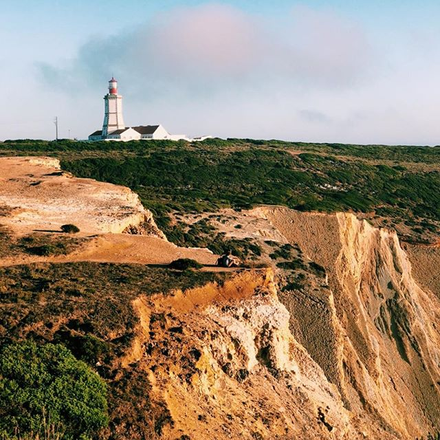 🇵🇹 Farol do Cabo Espichel, Portugal. 🇵🇹 ⠀⠀⠀⠀⠀⠀⠀⠀⠀ --------------------------------------------- ⠀⠀⠀⠀⠀⠀⠀⠀⠀ ⠀⠀⠀⠀⠀⠀⠀⠀⠀ #welltravelled #justbackfrom #followmetoo #whatsinmybag #cntravelereats #passportexpress #passionpassport #dametraveler #exploremore #vsco #vsco_london #visitportugal #xplortugal #igers #lisboa #lisbon #iphone_only #vsco #vsco_portugal #ig_portugal #lisbonlovers #europe #p3top #timeoutlisboa