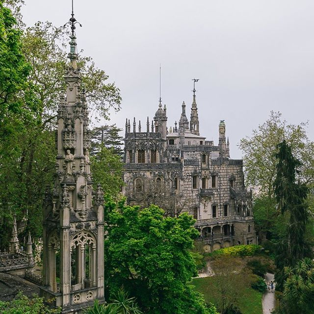 🇵🇹 Quinta da Regaleira, Sintra, Portugal. 🇵🇹 --------------------------------------------- #welltravelled #justbackfrom #followmetoo #whatsinmybag #cntravelereats #passportexpress #passionpassport #dametraveler #exploremore #vsco #vsco_london #visitportugal #regaleira #sintra #visitsintra #tripeportugues