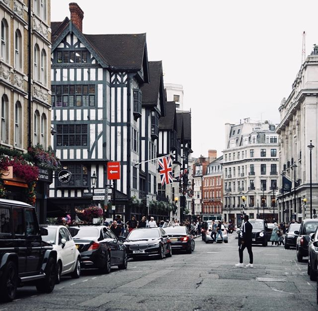 🇬🇧 London •••••••••••••••••••••••••••••••••••••••••••• #THISISLONDON #welltravelled #justbackfrom #followmetoo #whatsinmybag #cntravelereats #passportexpress #passionpassport #dametraveler #exploremore #vsco #hq_uk #london #london4all #london_only #visitLondon #loves_london #London_Masters #prettylittlelondon #timeoutlondon #London_Enthusiast #igerslondon #shutup_london #toplondonphoto #GrittyPrettyLondon #artofvisuals #gottolove_this