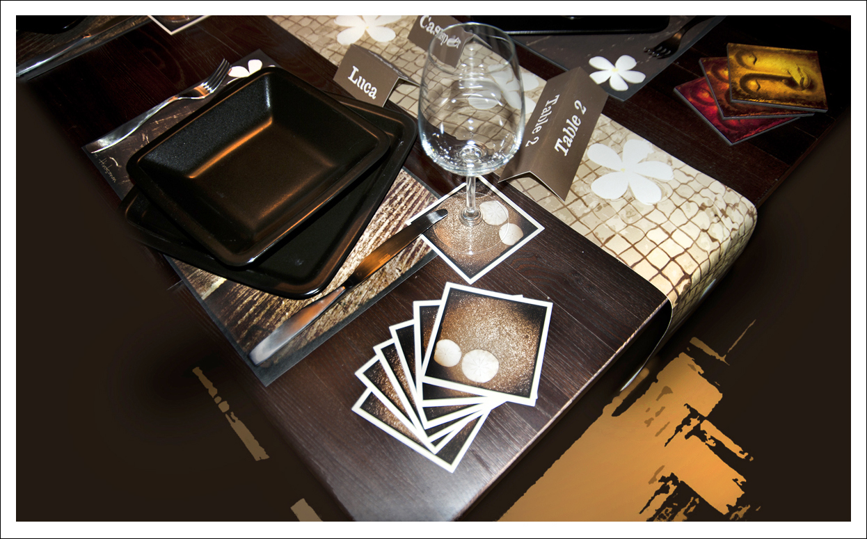 Kertakäyttö kaitaliina sekä tabletit tulostettu vinyylille, lasinaluset olutpahville ja nimikyltit paksulle paperille.