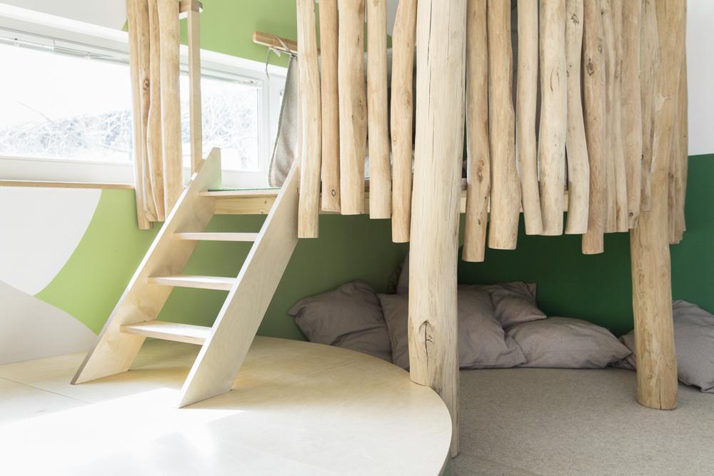 Die verschiedenen Ebenen der Einbauten aus Robinienstämmen bieten Raum zum Spielen.