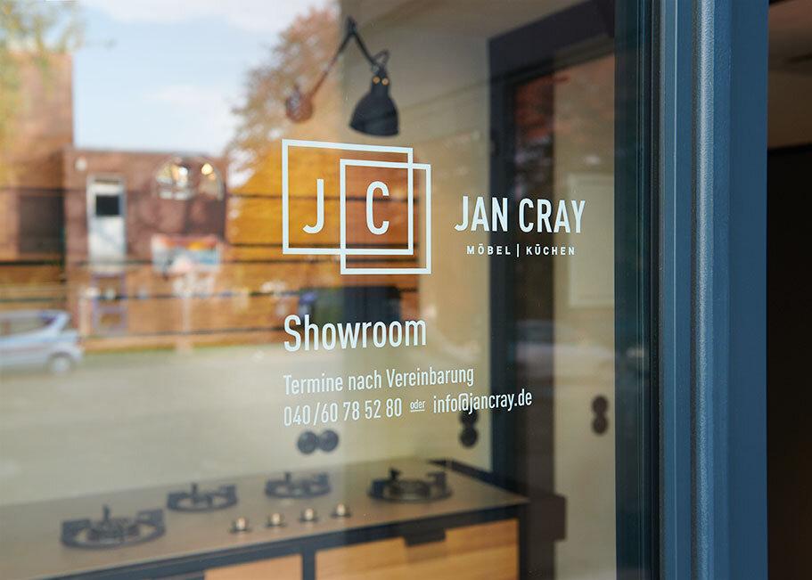 Jan-Cray-Showroom-Oeffnungszeiten-web.jpg