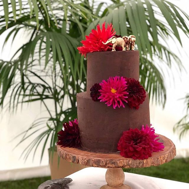 A Sri Lankan inspired chocolate cake for my friend @lottieriviere 🐘🌸🌴 #cakeart #cakestagram #cakedesign #cakeideas #cakesofinstagram #cakedecorating #baking #bakingfun #weddingcake #cakedesign #cakedesigner #cakeart #cakeartist #cakespiration #cakestagram #cakecakecake #cakesofinstagram #mimolocakes #mimolodesign #seekinspirecreate #cakestagram #srilanka