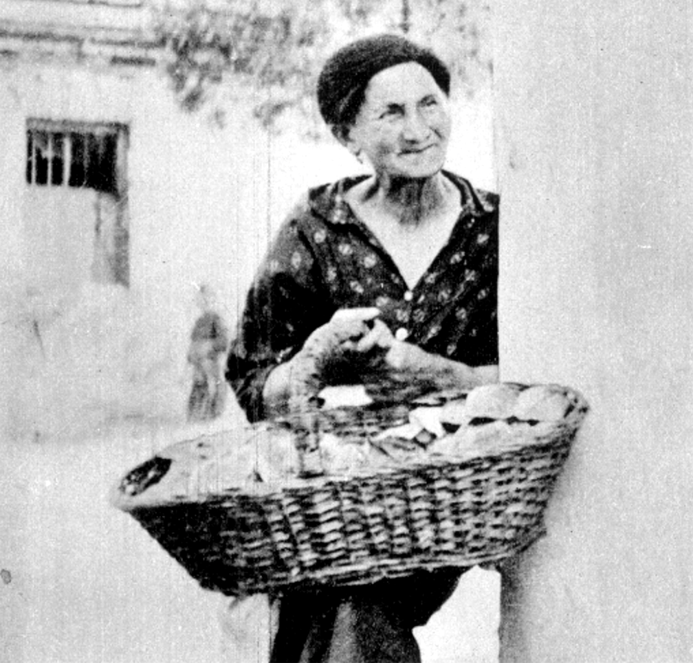 A woman selling flatbread in Warsaw courtesy of the YIVO Encyclopedia, photograph by Menakhem Kipnis  -  http://yivoencyclopedia.org