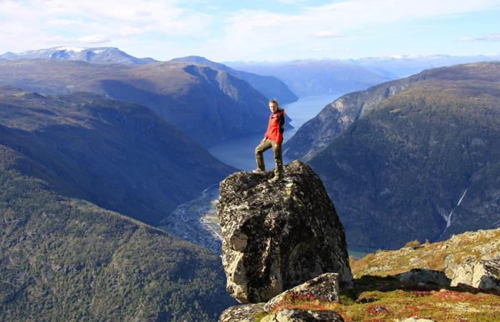 Utsikt overdelar av Lærdal med Sognefjorden i bakgrunnen.   (Foto: Harald Hunderi)