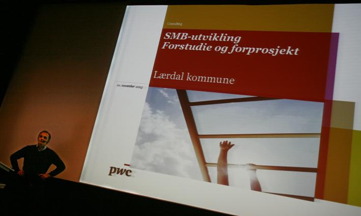 Harald Mo i PWC orienterte om SMB-utvikling under infokvelden arrangert av Lærdal Næringsutvikling i 21. november. (Foto: Odd Helge Brugrand)