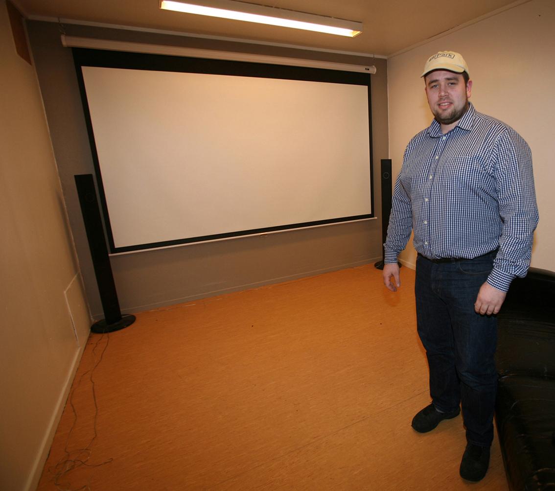 Storskjerm og projektor for film og eventuelt speling.