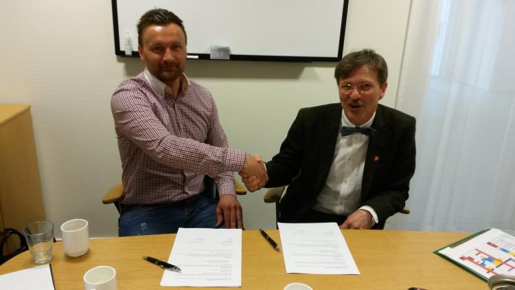 Ole Petter Hatlevoll (dagleg leiar iSognenett) og Alf Olsen jr. (rådmann i Lærdal) har signert breibandsavtale