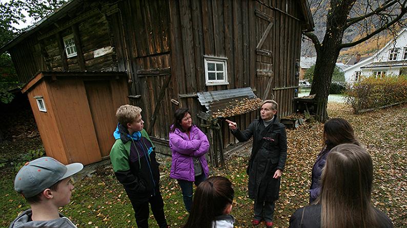 Delar av niande klasse og arkitekt Tina Sinclair frå Arkitektgruppen Cubus i Gåta. Foto: Odd Helge Brugrand