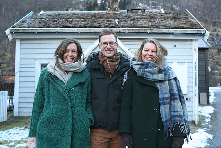 Frå venstre Siri Holmboe Høibo, Andreas Birger Johansen og Marte Dorothea Marstrand frå Norsk design- og arkitektursenter (DOGA) var i Lærdal og orienterte om prosjektet som Lærdal no blir ein del av fram til 2018.