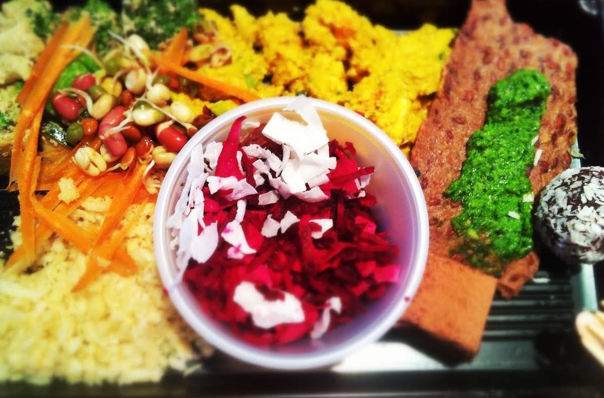 Eksempel på en raw food tallerken fra Helt Rå på Mathallen i Oslo. Mye godt, men litt lite til en relativt stiv pris.