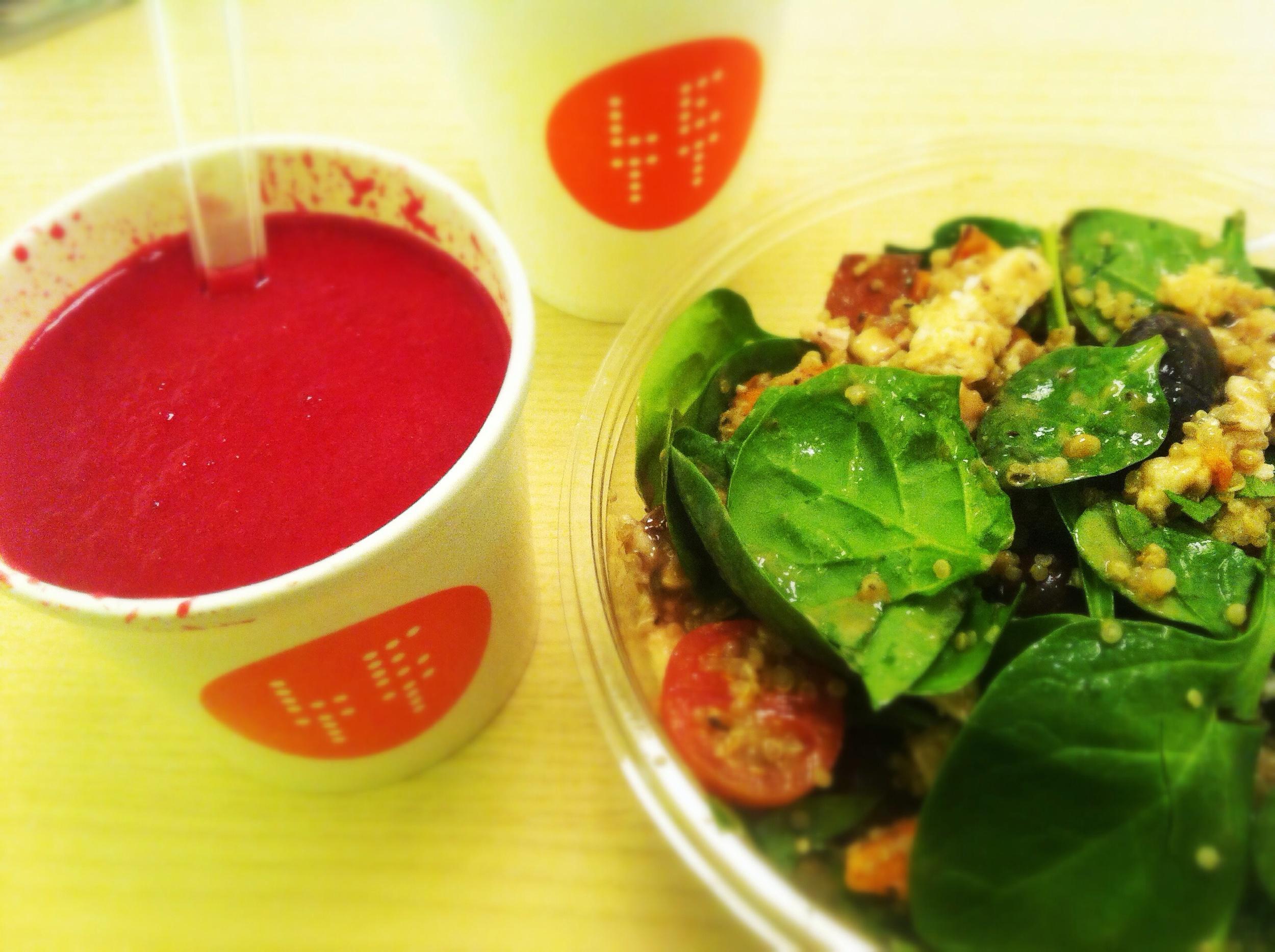 Egenkomponert salat med rødbetsuppe ved siden av. Supergodt!